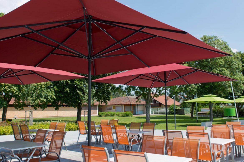 parasol-primus-caravita-cuadrada-rojo-con-techo-anti-viento-en-la-piscina-exterior-alemania-01