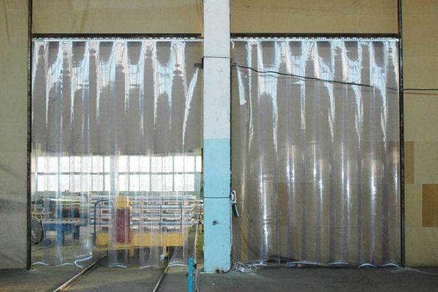Cortinas verticales para separaciones de naves industriales.