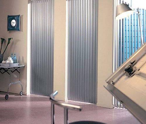 Estores y cortinas enrollables para clínicas de salud.